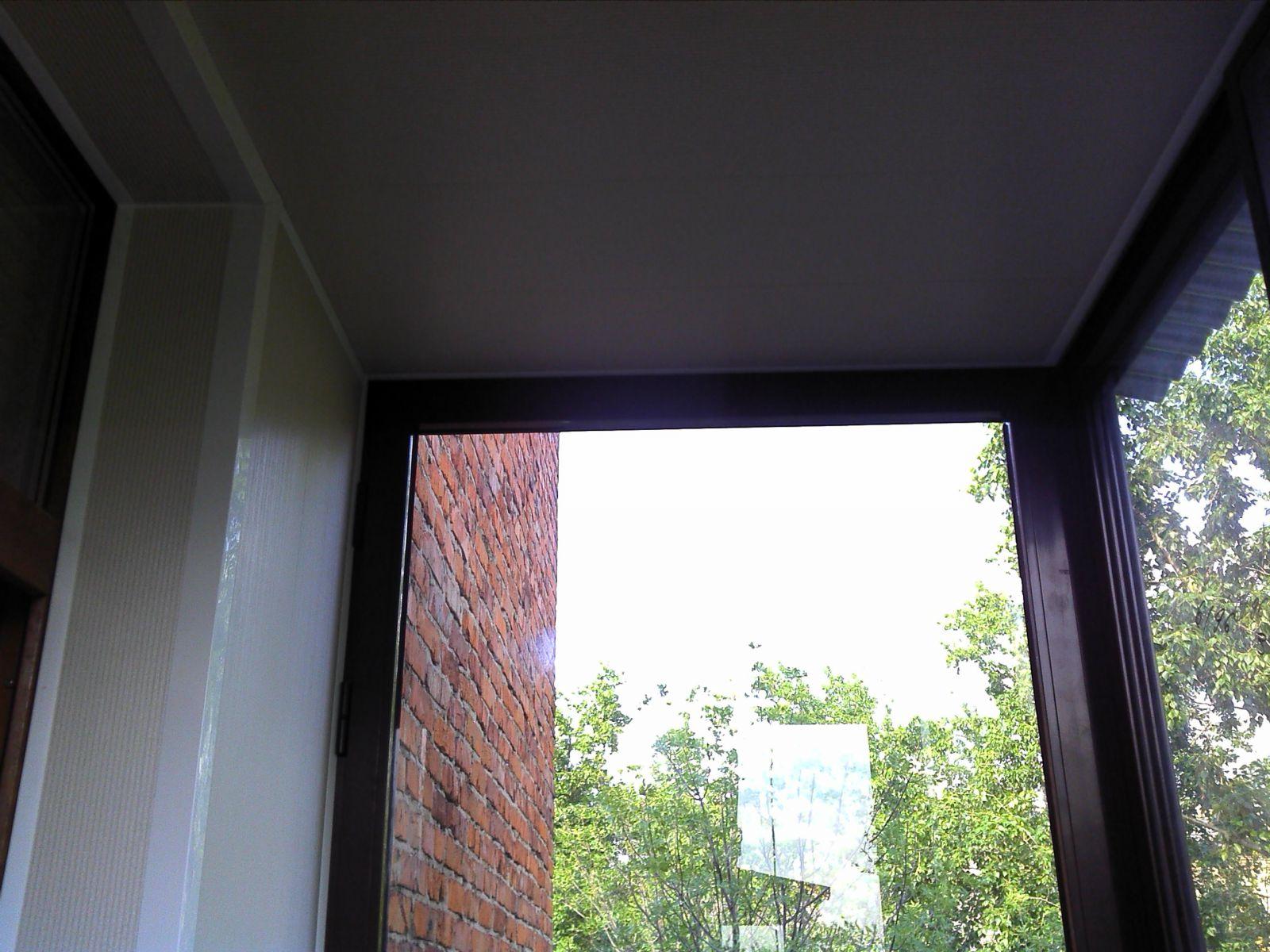 Коричневый балкон с крышей.